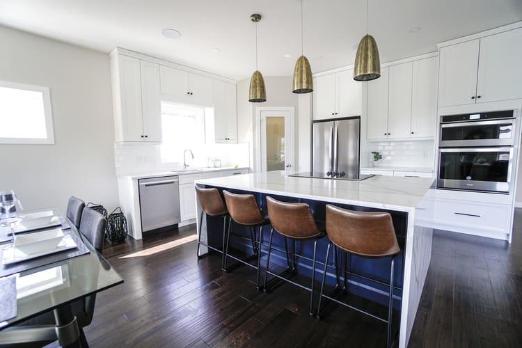 Cozinha com chão de madeira