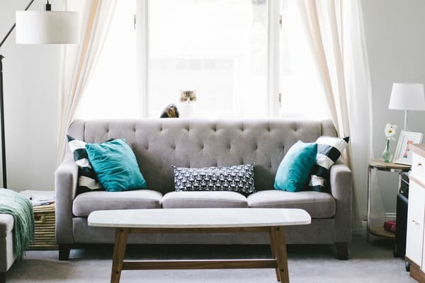 Sala com sofá e mesa de centro