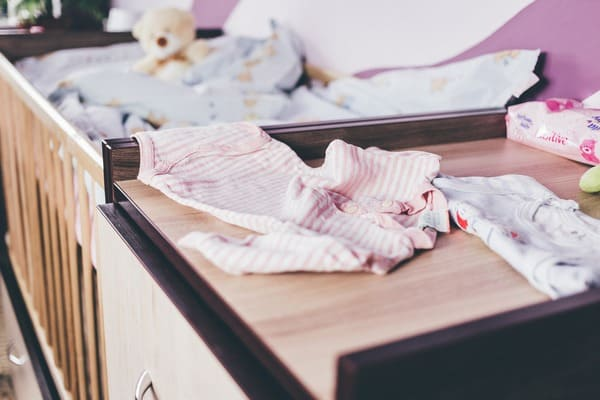 Roupa e cama de bebé