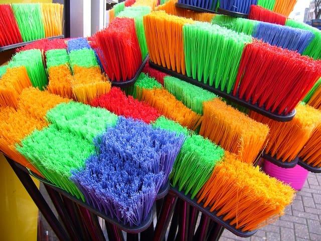 Varrer o chão da casa é fundamental